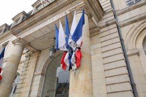 drapeaux en berne mairie de Blois